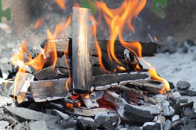 ¿Cómo se produce el carbón para barbacoa?